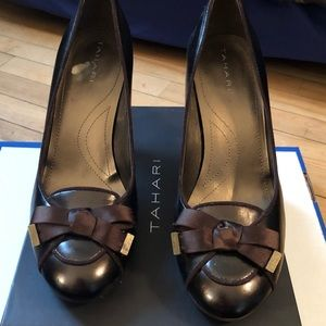 Tahari bronze leather with satin bow 8.5